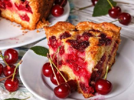 Пандишпанов кекс (сладкиш) с орехи и конфитюр от вишни - снимка на рецептата